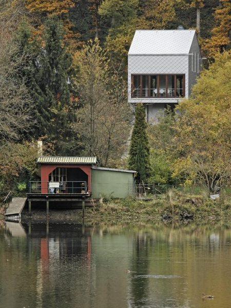 Die Situation des Hauses am Hang über dem See
