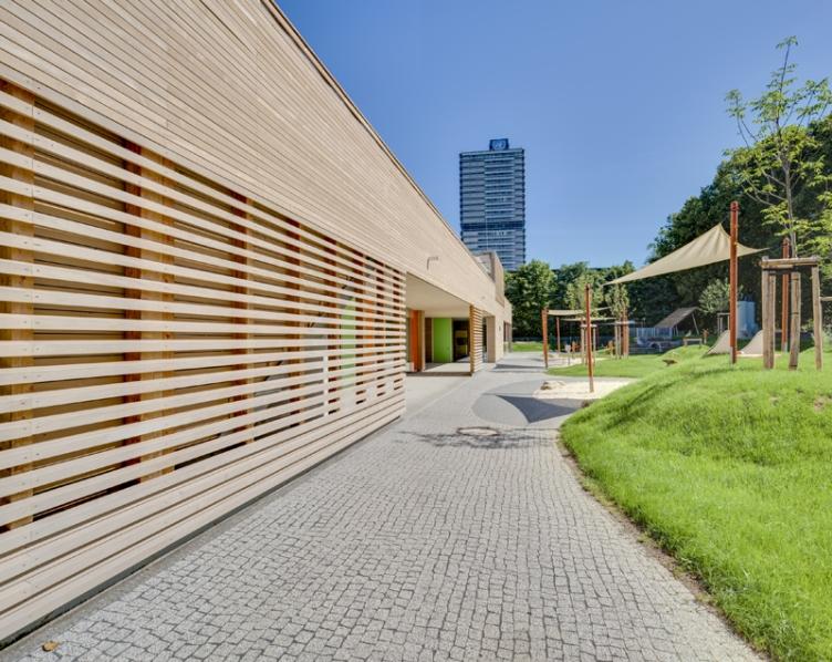 Holzfassade im Außenspielbereich