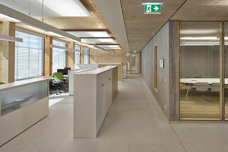 Die großen Fenster senken den Energieverbrauch und heben die Arbeitsatmosphäre.