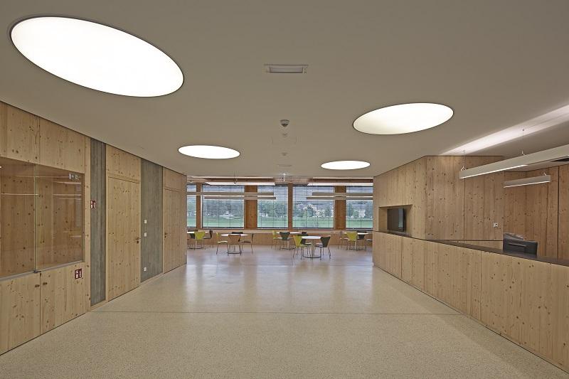 Holz dominiert auch im Inneren des Gebäudes.