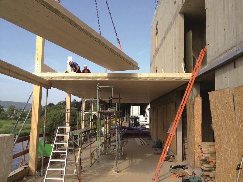 Bei den Pfosten-Riegel-Holzkonstruktionen der Bürotrakte wurden die Hohlkastenelemente eingehängt, um ohne Fensterstürze auszukommen.