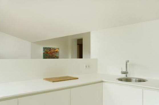 Modern: Die Wohnbereich-Kücheneinheit im neuen Wohnbereich
