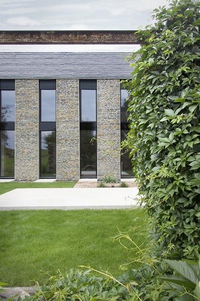 Fassadendetail mit hohen Fenstern
