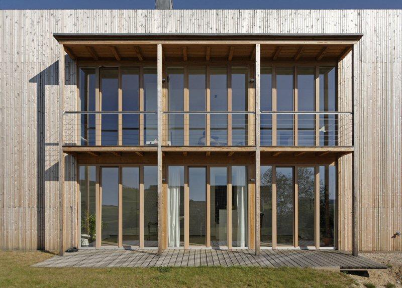 Fensterfront mit überdachten Terrassen öffnen das Haus in die Landschaft