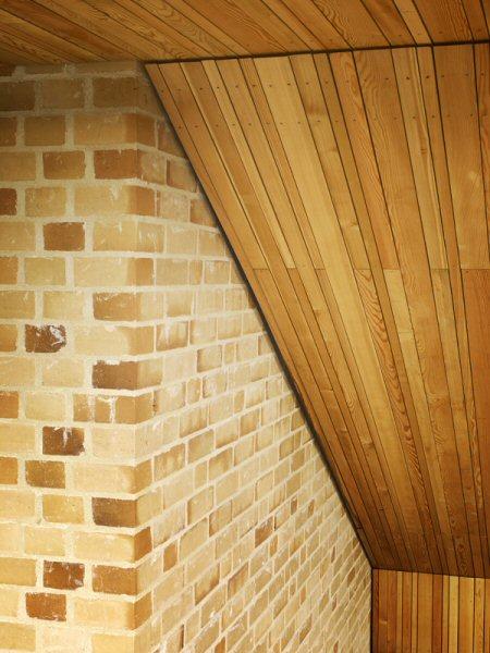 Lärchenholz-Schalung unter den Treppen