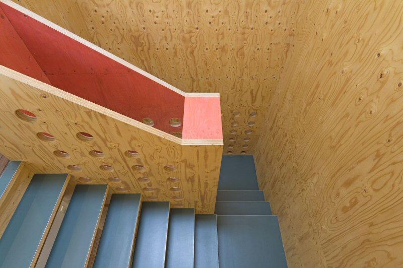 neo_leo - Blick von oben in die Treppe