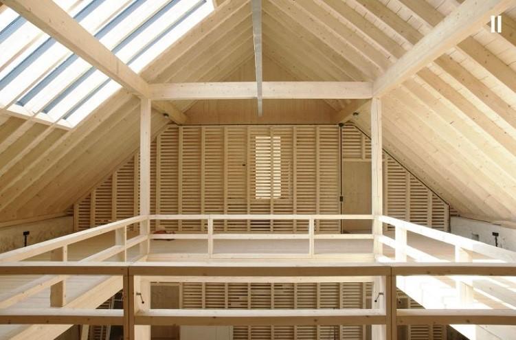Die eingefügte neue Holzkonstruktion aus heimischer Fichte.