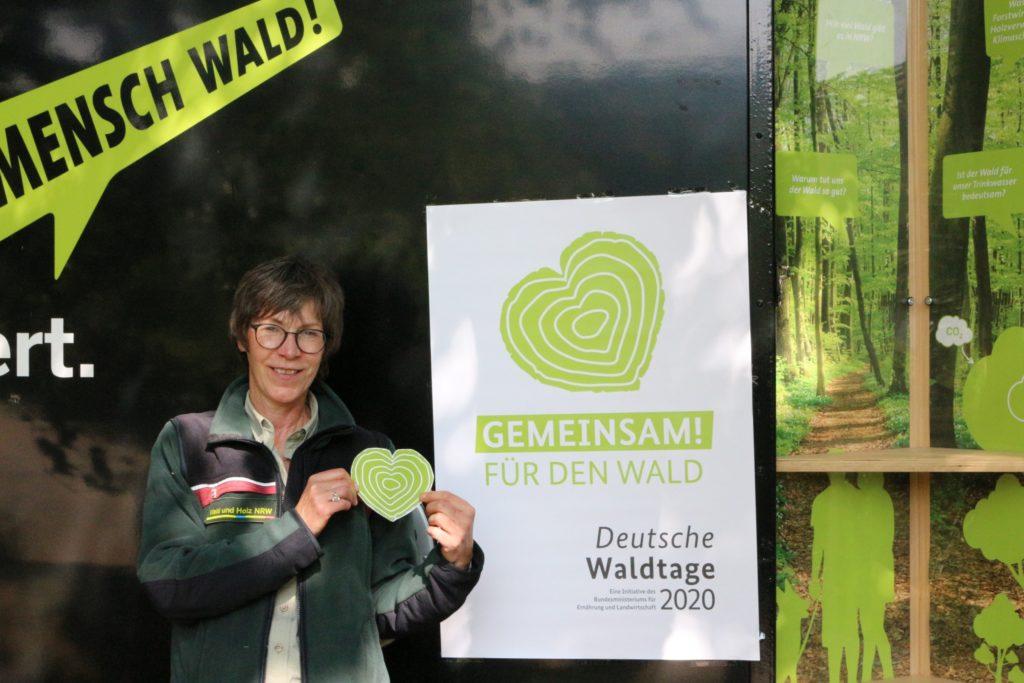"""Bild 1: Die """"Mobile Holz-Expo.NRW"""" an der Hardtburg – Interessantes und Wissens- wertes rund um unseren Wald / Quelle: Wald und Holz NRW, Brigitte Atzor"""
