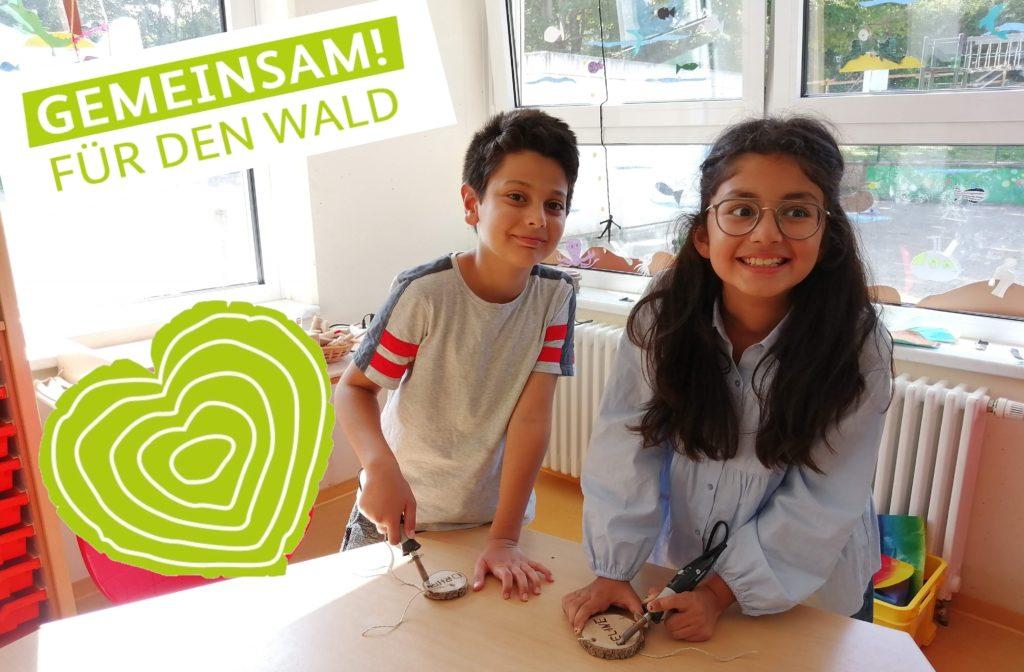Bild 3: Die Vorbereitungen zur Pflanzaktion – Die Kinder zeigen ihr grünes Herz  für den Wald / Bildquelle: OGS Blankenheim, Christine Nitsch