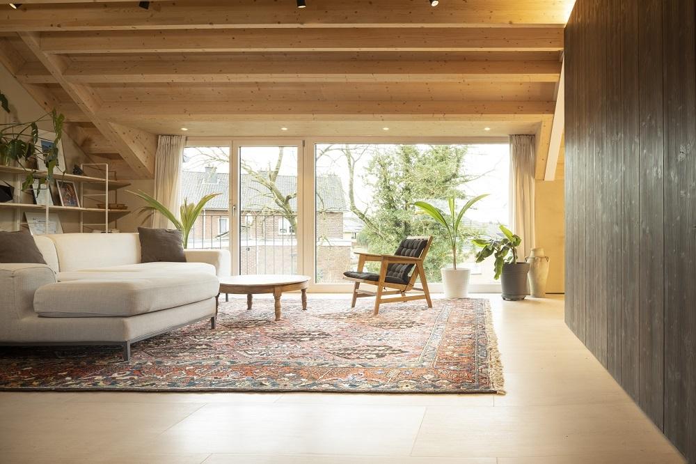 Wohnzimmer mit Massivholzdecke