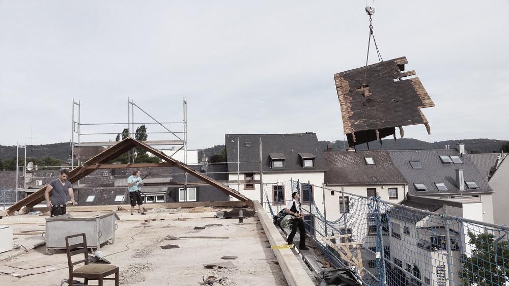 Abbau altes Dach mit Kran