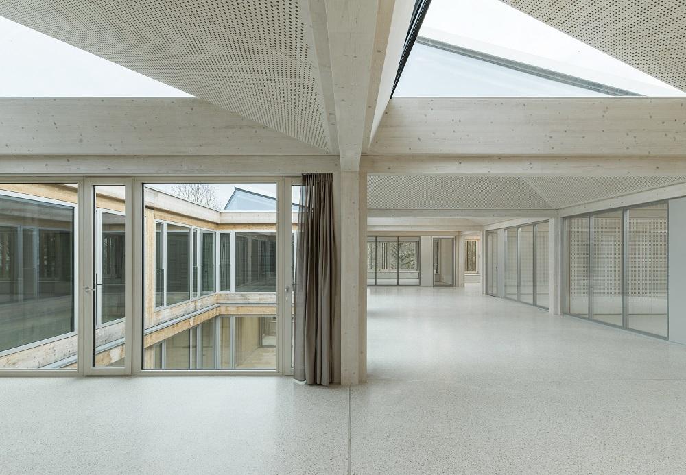 Innenräume mit weiß lasierten Holzoberflächen