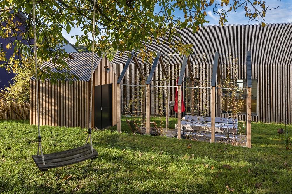 Gartenschuppen und Pergola sind im gleichen Stil wie das Haupthaus