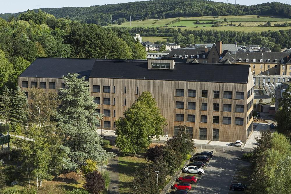 Im Ost-West ausgerichteten Gebäude sind 27 Klassenräume