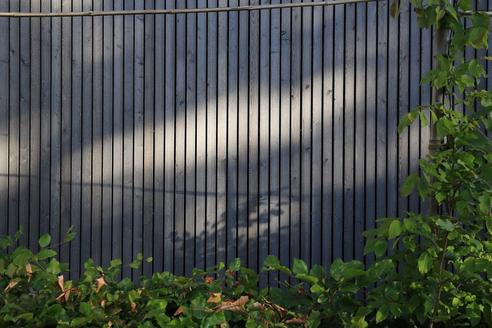 Horizontale offene Holzverschalung