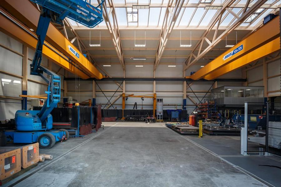 Fachwerkträger-Holzhalle mit zwei ABUS-Zweiträgerlaufkranen