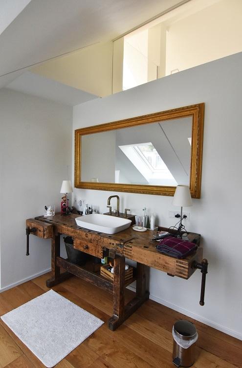 Bad mit Holzdielen Fußboden