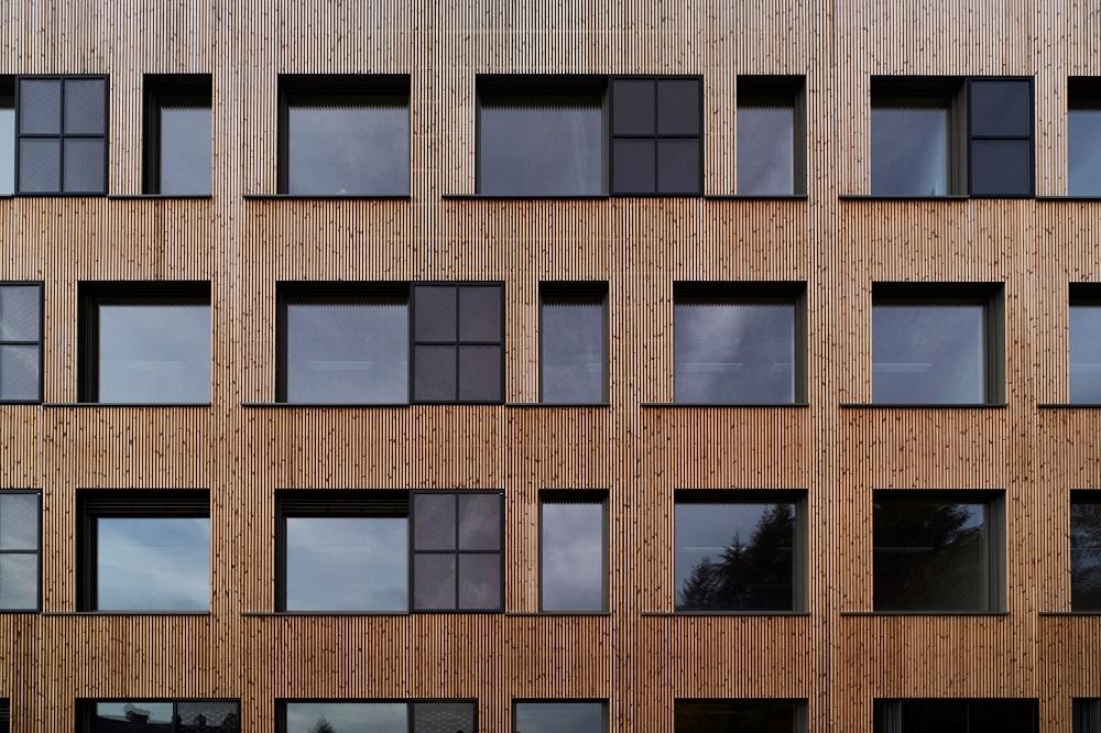 Fassade mit Holzlamellen