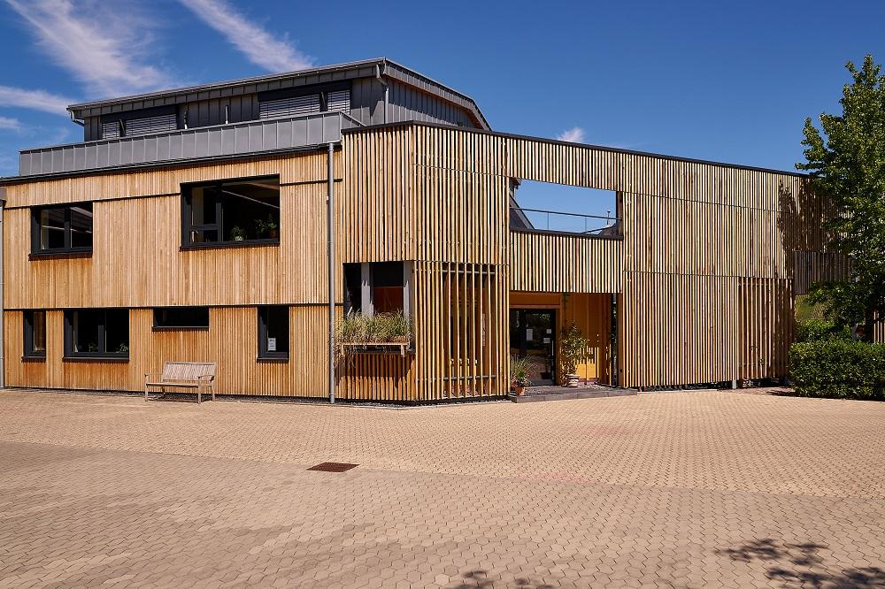 Holzfassade am Firmengebäude Oster Dach und Holzbau